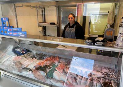 Frischer Fisch in Bessungen Theke auf farbenkrauth Weihnachtsmarkt
